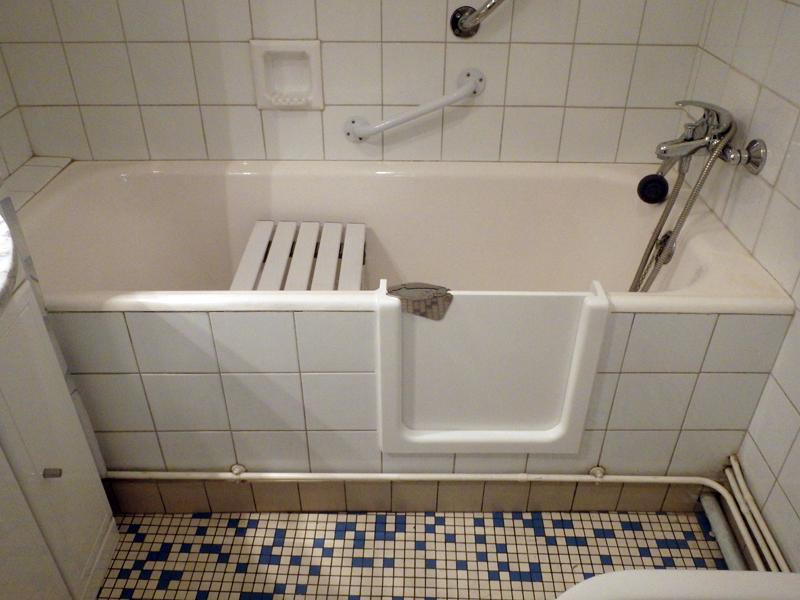 Baignoire avec porte tanche 100 le bain s curit for Bain avec porte prix