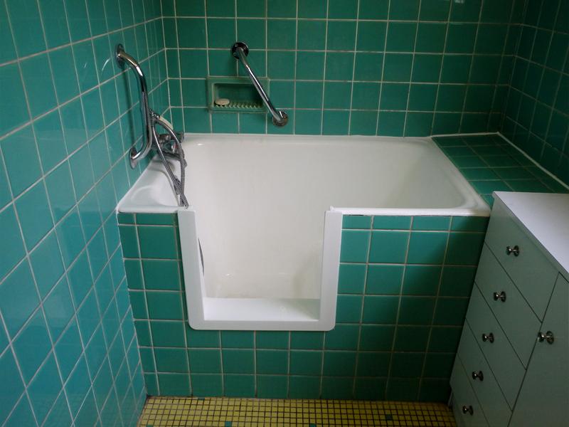 acc s baignoire senior ou pour personne mobilit r duite. Black Bedroom Furniture Sets. Home Design Ideas