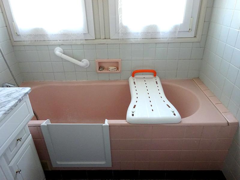 Baignoire ouverte à porte avec planche de bain