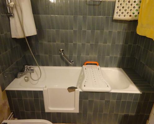 Baignoire découpée avec porte étanche
