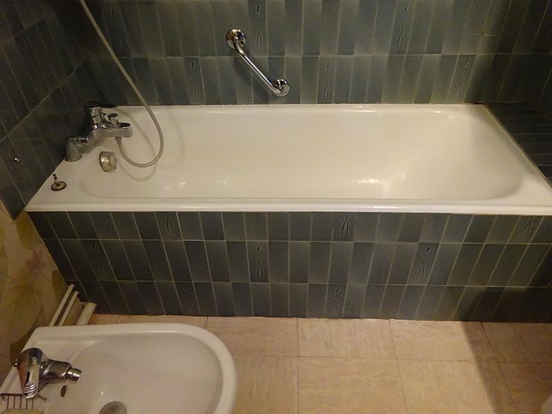 Baignoire dans une salle de bain