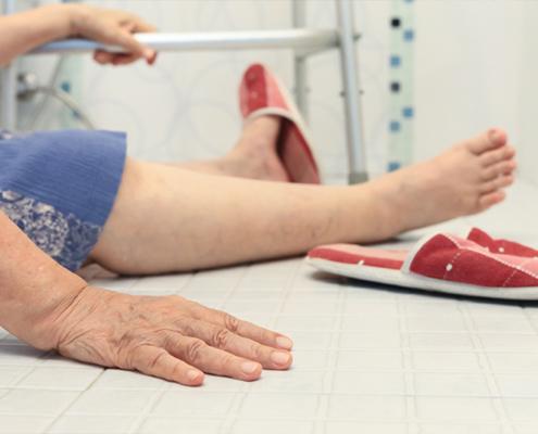 senior chute dans la salle de bain
