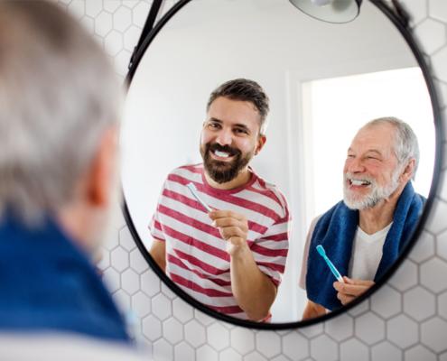 sénior et son fils dans la salle de bain